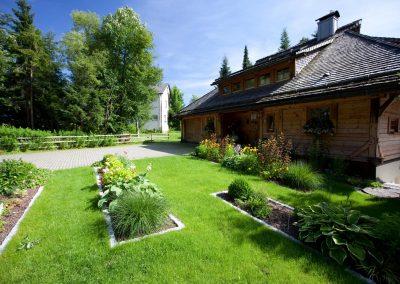Blumen und Rasen im modernen Vorgarten