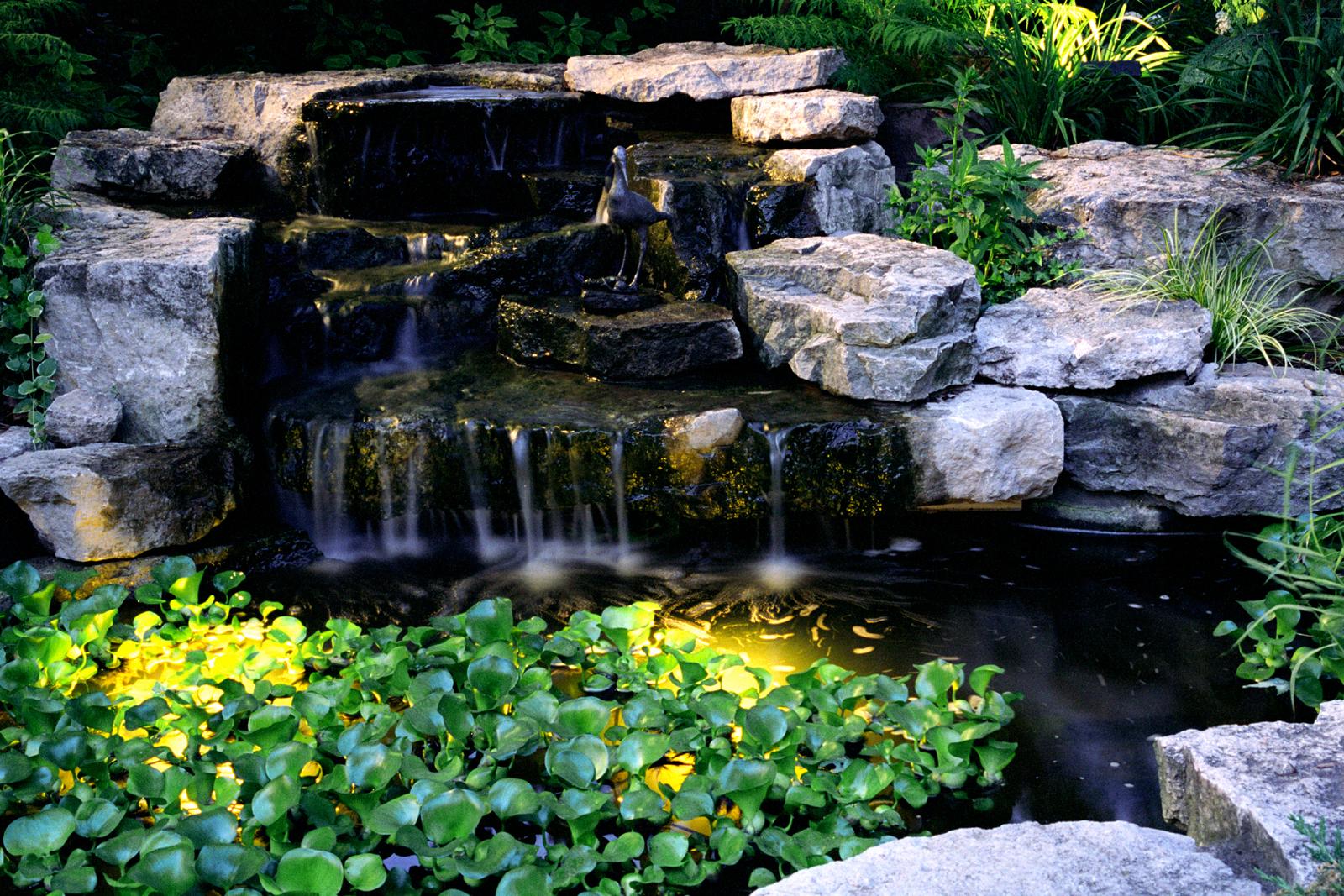 Brunnen, Wasserspiele Und Quellsteine. Wasserspiele Für Ein Harmonisches  Gartenkonzept