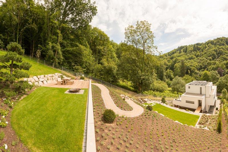 Hausgarten mit Blick über Freiburg