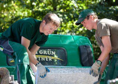 Landschaftsbauer beim Bau einer Gartenanlage