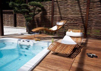 Liegestuehle-am-Pool