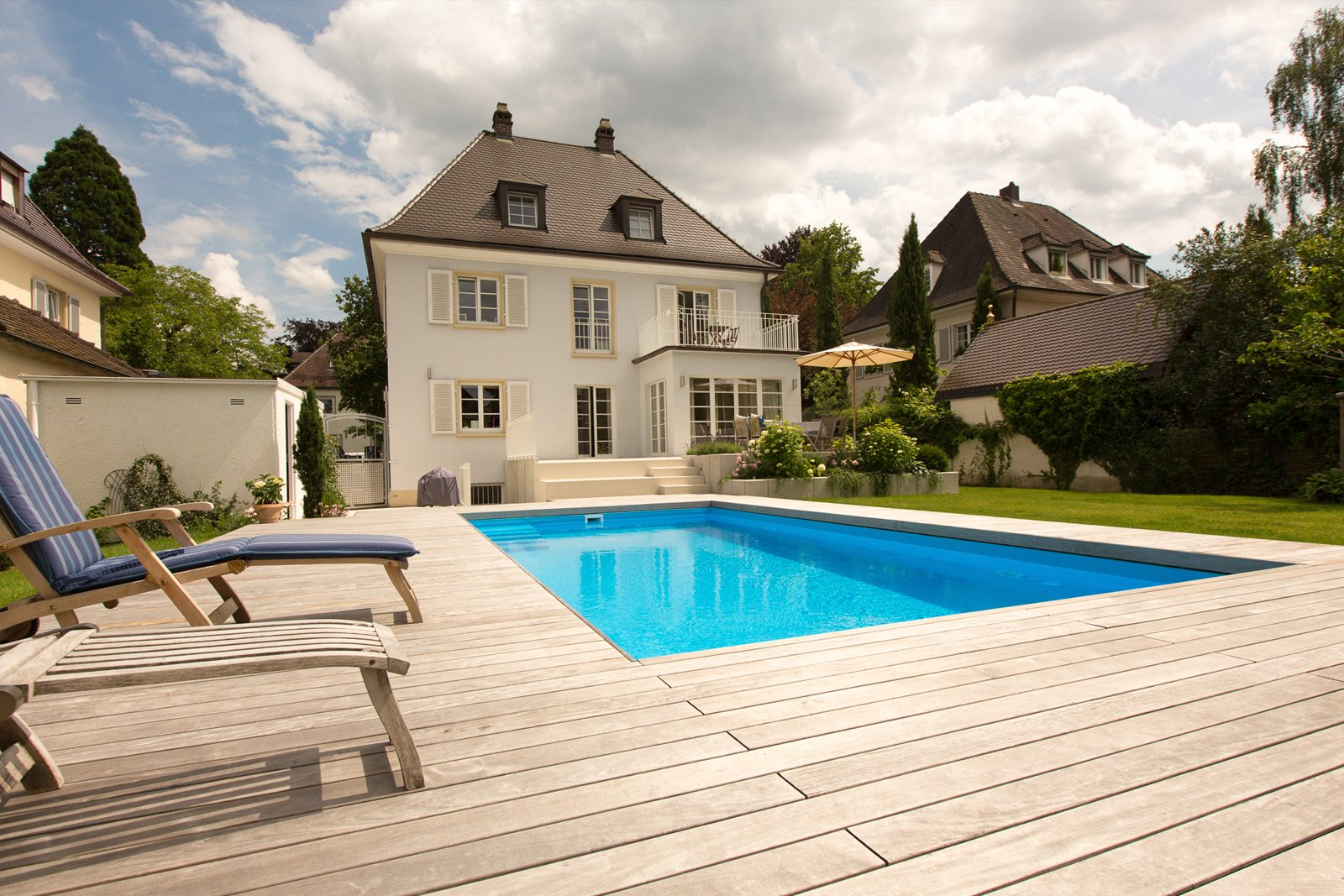 Holzterrasse mit Swimmingpool