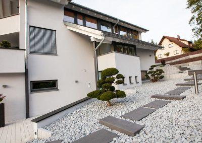 Hanggarten mit Trittplatten aus Stein