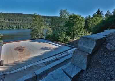 Steinmauer zur Hangsicherung beim Terrassenbau