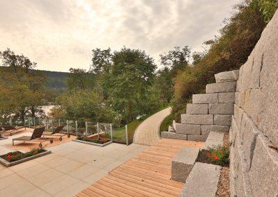Steinmauer und Terrassengestaltung