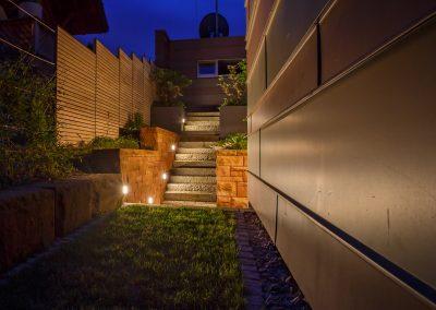 Beleuchtete Steintreppe zum Garten