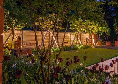 Harmonische Gartengestaltung Mit Pool Und Blumen