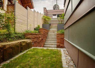 Steintreppe und Steinmauern im Garten
