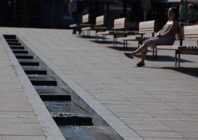 Wasserlauf und Bänke laden zum Entspannen ein