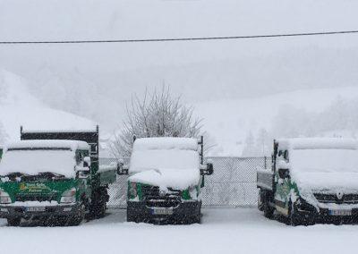 Team Grün Fuhrpark in Schnee eingedeckt