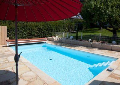 Sauberer Garten Pool mit klarem Wasser