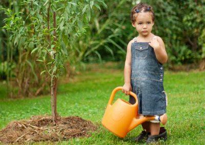Mädchen Bei Der Gartenarbeit Mir Der Gießkanne