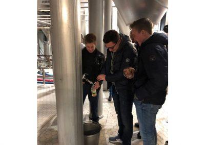Frisches Bier wird verkostet