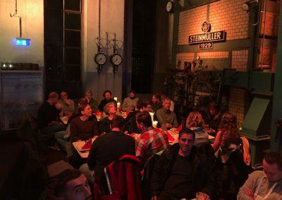 Team Grün bei gemeinsamen Essen in Brauerei