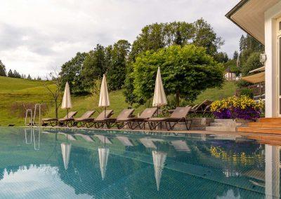 Wellness Garten mit Infinite Pool