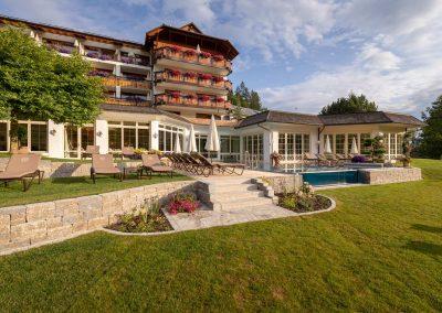 Terrasse und Infinity Pool am Wellnesshotel nähe Freiburg
