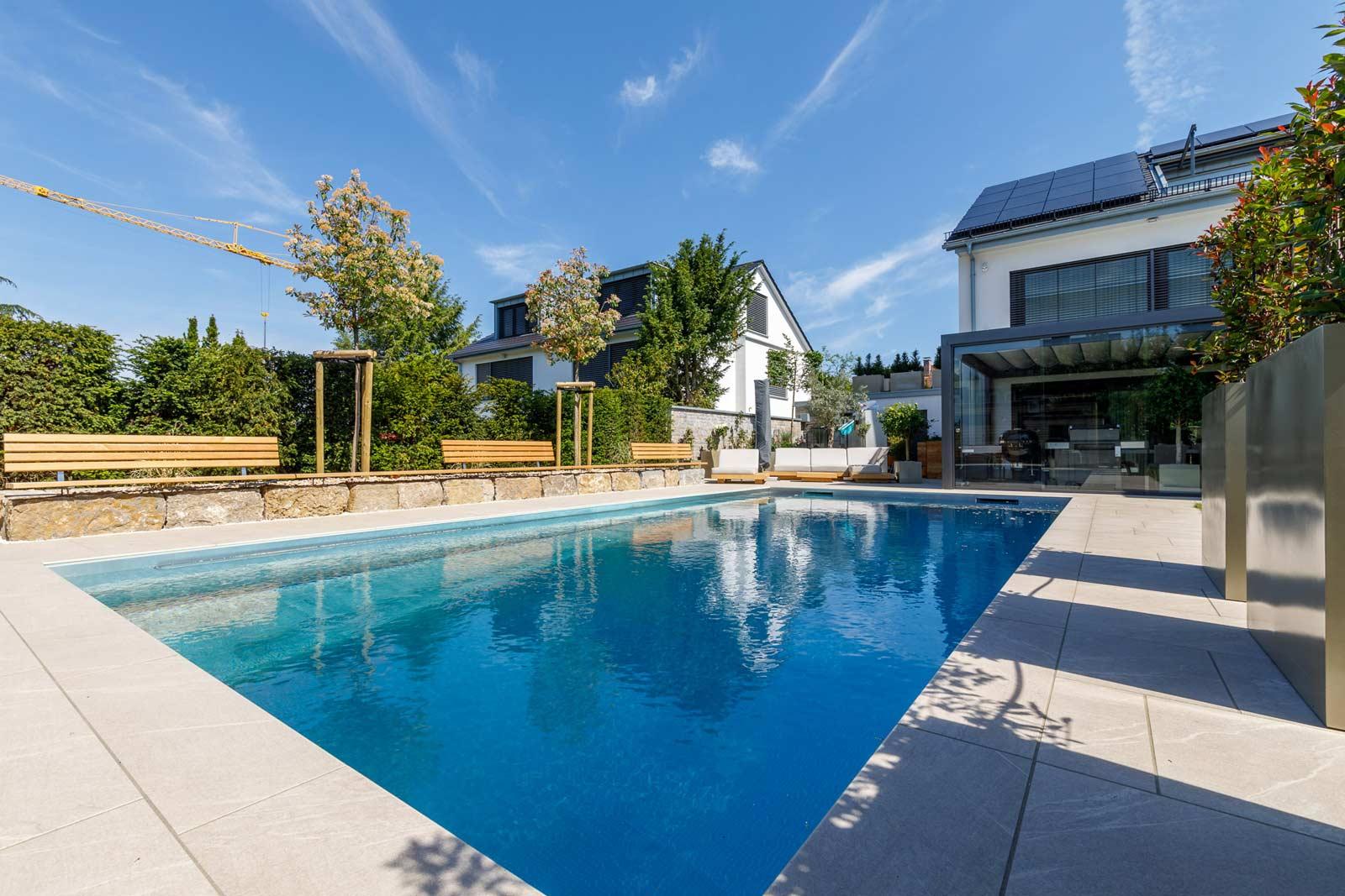 Swimmingpool in Harmonie mit Haus und Garten