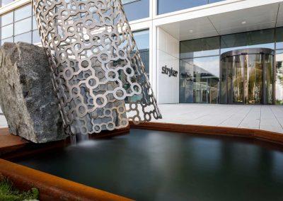 Firmengebäude mit stilvollem Wasserspiel