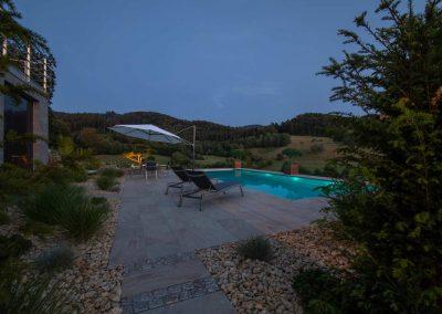 Infinity Pool Im Traumhaften Garten Von Team Grün