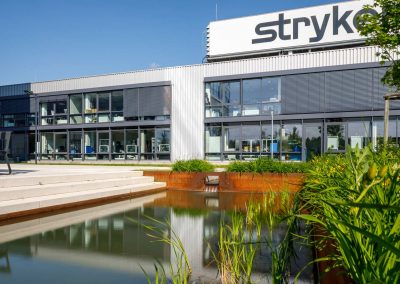 Grüne Außenanlage für Mitarbeiter und Kunden