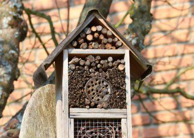 Freistehendes Insektenhotel im Garten